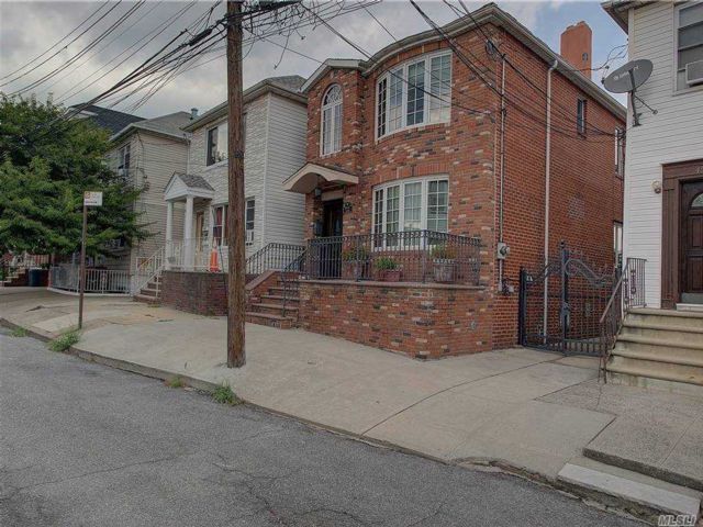 3 BR,  4.00 BTH Other style home in Astoria