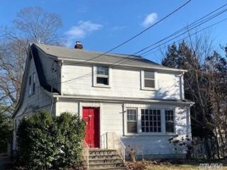 4 BR,  2.00 BTH Colonial style home in North Merrick