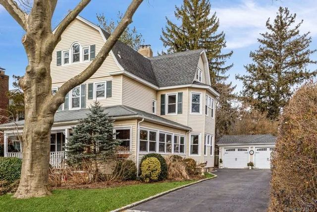 6 BR,  5.00 BTH Colonial style home in Garden City