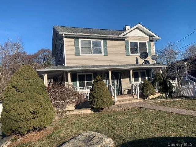 4 BR,  2.00 BTH Colonial style home in Hauppauge