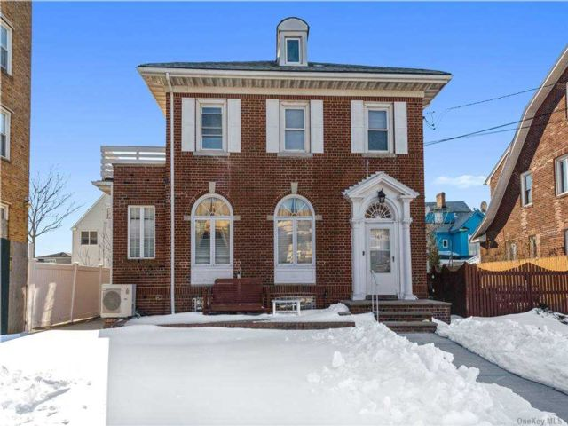 5 BR,  3.00 BTH Colonial style home in Belle Harbor