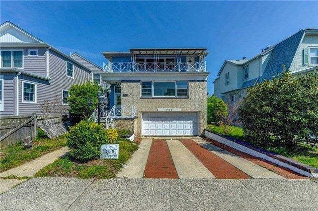 6 BR,  5.00 BTH  Colonial style home in Long Beach