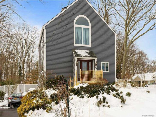 3 BR,  3.00 BTH  Colonial style home in Sound Beach