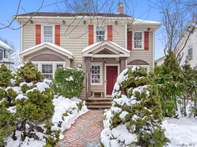 3 BR,  3.00 BTH Colonial style home in Floral Park