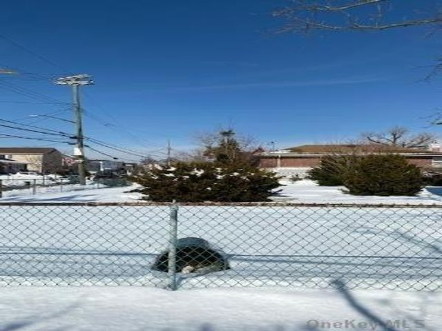 Lot <b>Size:</b> 40 x 100 Land style home in Howard Beach