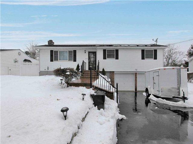 3 BR,  2.00 BTH  Hi ranch style home in Ronkonkoma
