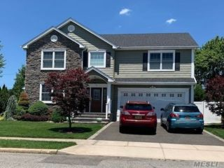 5 BR,  3.00 BTH Colonial style home in Plainview