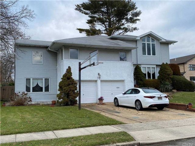 6 BR,  4.00 BTH Split level style home in Jericho