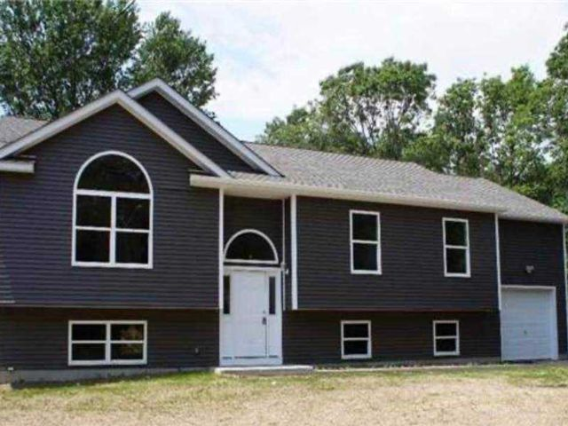 3 BR,  2.00 BTH Raised ranch style home in Mastic