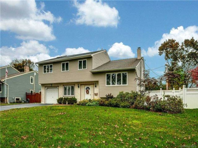 5 BR,  3.00 BTH Colonial style home in Kings Park