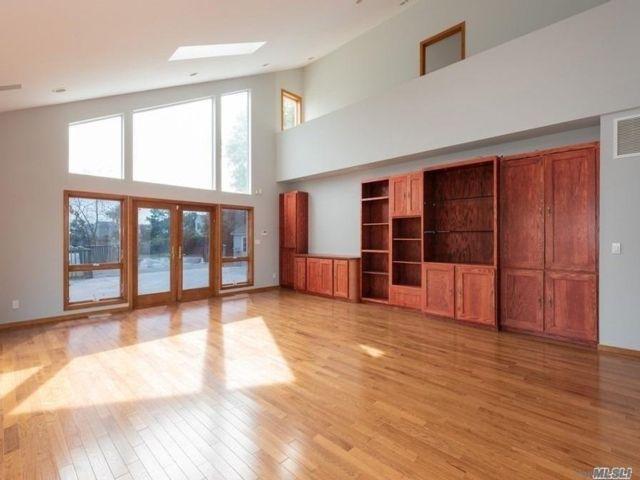 4 BR,  4.00 BTH Contemporary style home in Baldwin Harbor