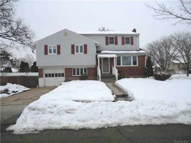 5 BR,  2.00 BTH Split level style home in Hicksville