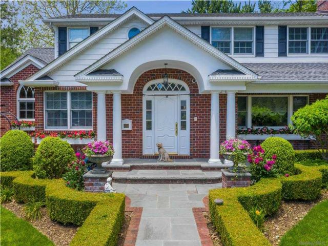 4 BR,  3.00 BTH Colonial style home in Searingtown