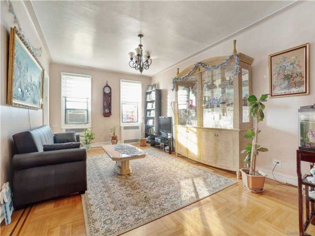 2 BR,  1.00 BTH Mid rise style home in Flatlands