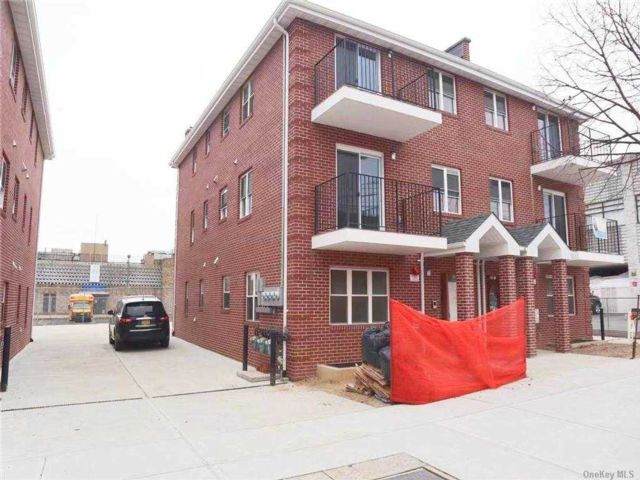 2 BR,  2.00 BTH  Apt in house style home in Bayside