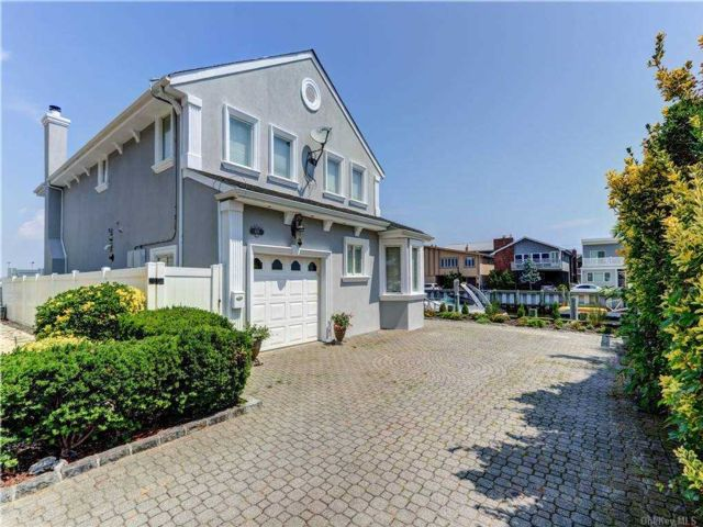 3 BR,  3.00 BTH Colonial style home in Long Beach