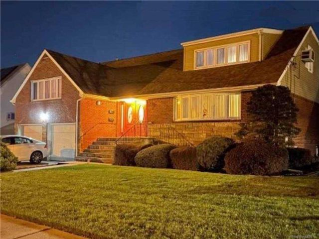 5 BR,  4.00 BTH Cape style home in New Hyde Park