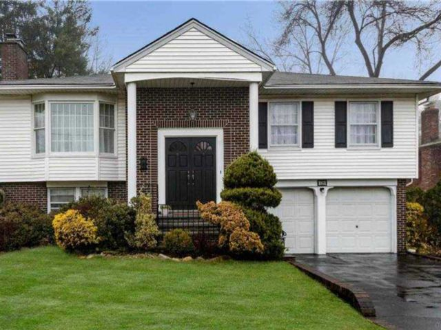 4 BR,  3.00 BTH Hi ranch style home in Albertson