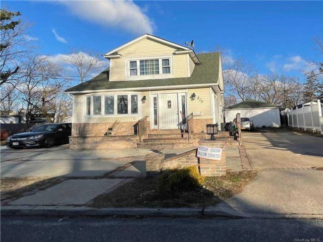 6 BR,  4.00 BTH Colonial style home in Central Islip