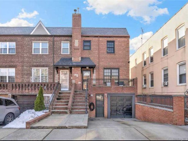 4 BR,  3.00 BTH Other style home in Astoria