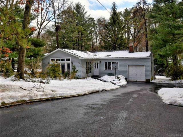 4 BR,  2.00 BTH  Exp ranch style home in Smithtown
