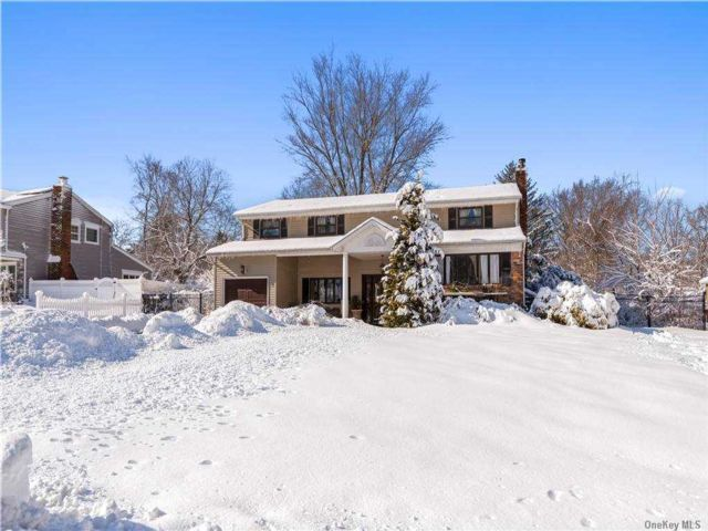 5 BR,  4.00 BTH  Splanch style home in East Northport
