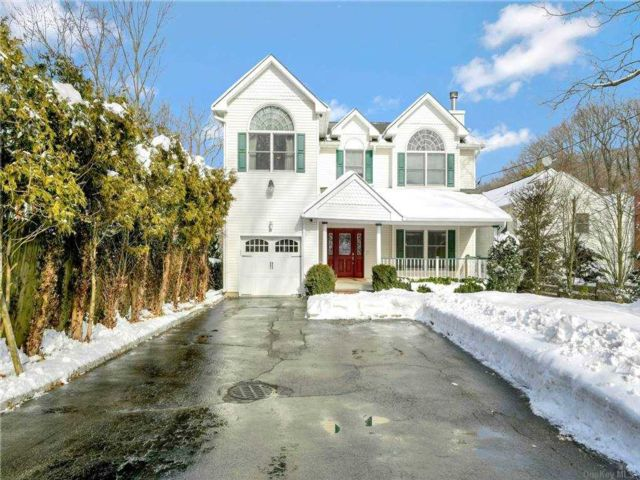 4 BR,  3.00 BTH Post modern style home in Huntington