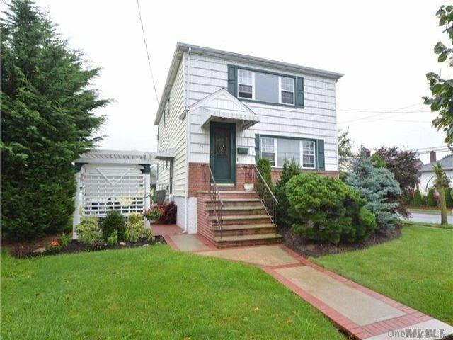 5 BR,  2.00 BTH Duplex style home in East Rockaway