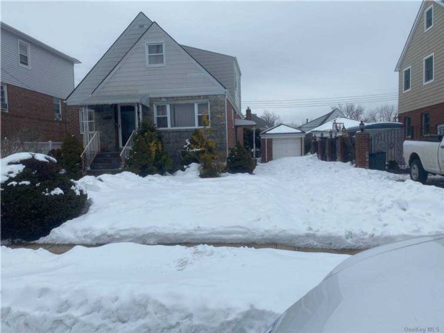 4 BR,  3.00 BTH Cape style home in Bayside