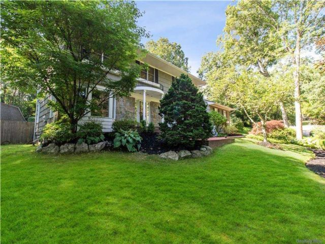 6 BR,  4.00 BTH Colonial style home in Dix Hills