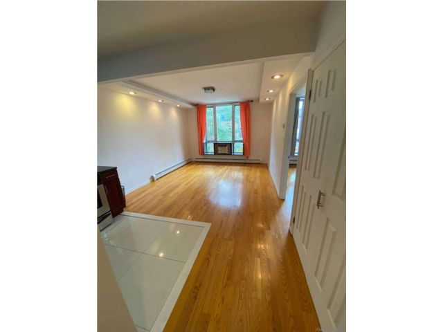 1 BR,  1.00 BTH Apt in house style home in Elmhurst