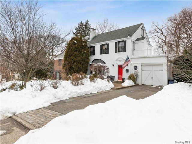 3 BR,  2.00 BTH  Colonial style home in Manhasset
