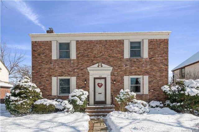 3 BR,  3.00 BTH Colonial style home in Garden City