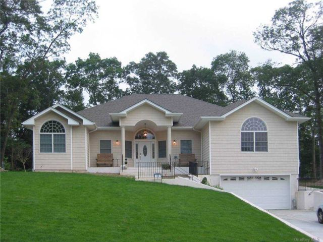 4 BR,  5.00 BTH  Ranch style home in Farmingville