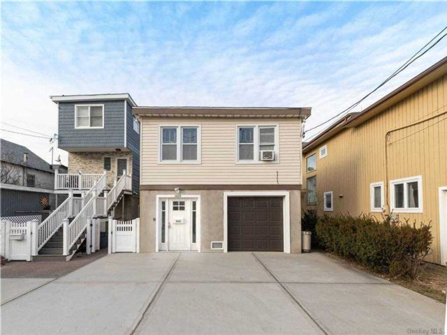 2 BR,  2.00 BTH 2 story style home in Long Beach
