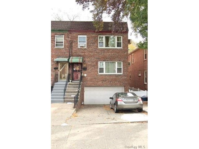 5 BR,  3.00 BTH  Townhouse style home in Parkchester