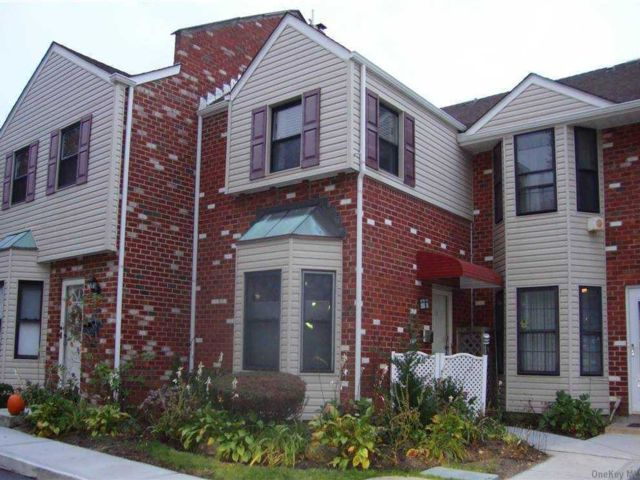 2 BR,  2.00 BTH Townhouse style home in Bellmore