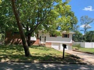 5 BR,  4.00 BTH Raised ranch style home in Hauppauge