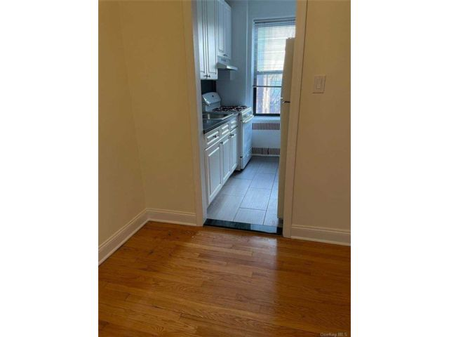 1 BR,  2.00 BTH  Apt in bldg style home in Woodside