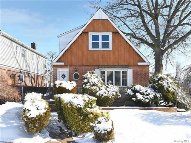 5 BR,  3.00 BTH  Cape style home in Bayside