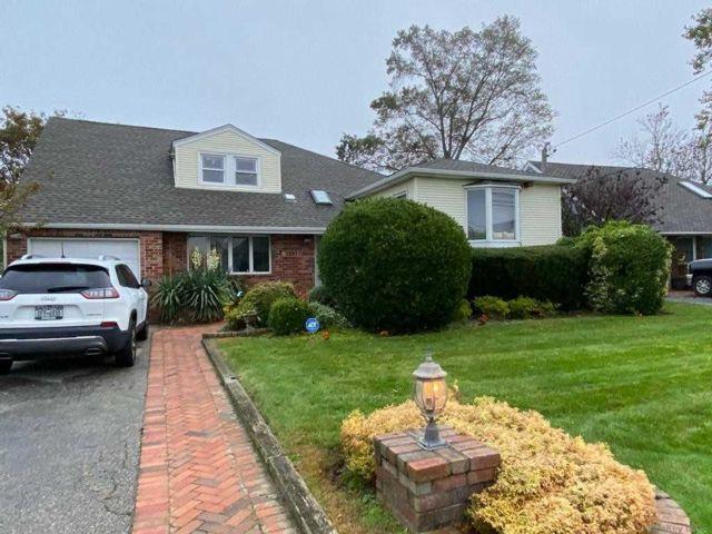 4 BR,  4.00 BTH Split level style home in Merrick