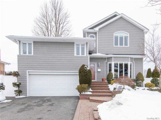 4 BR,  4.00 BTH Split level style home in Plainview