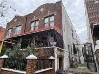 7 BR,  4.00 BTH Colonial style home in Crown Heights