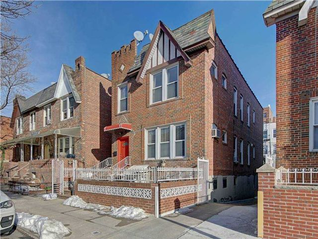 6 BR,  3.00 BTH  Colonial style home in Astoria