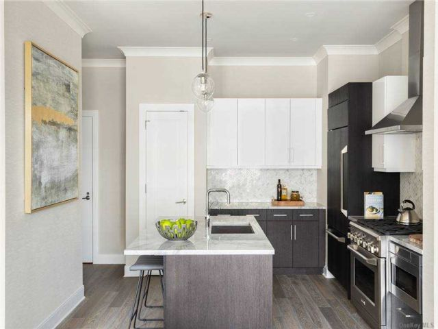 1 BR,  1.00 BTH Mid rise style home in Glen Cove