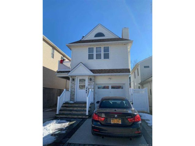 3 BR,  2.00 BTH Apt in house style home in Long Beach
