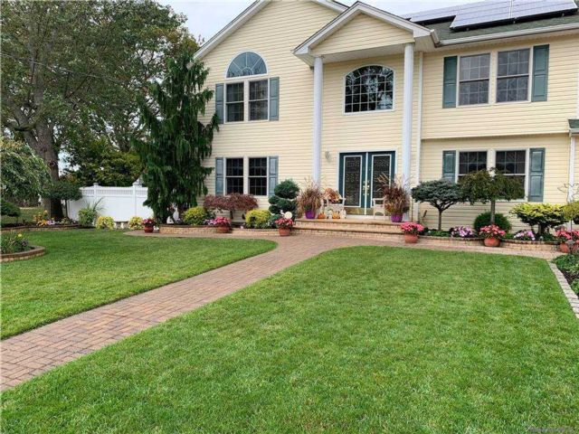 5 BR,  3.00 BTH Colonial style home in Lindenhurst