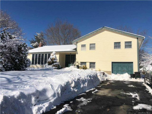 3 BR,  3.00 BTH  Split level style home in East Northport