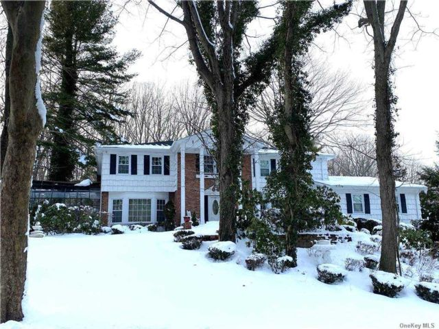 5 BR,  5.00 BTH Colonial style home in Dix Hills