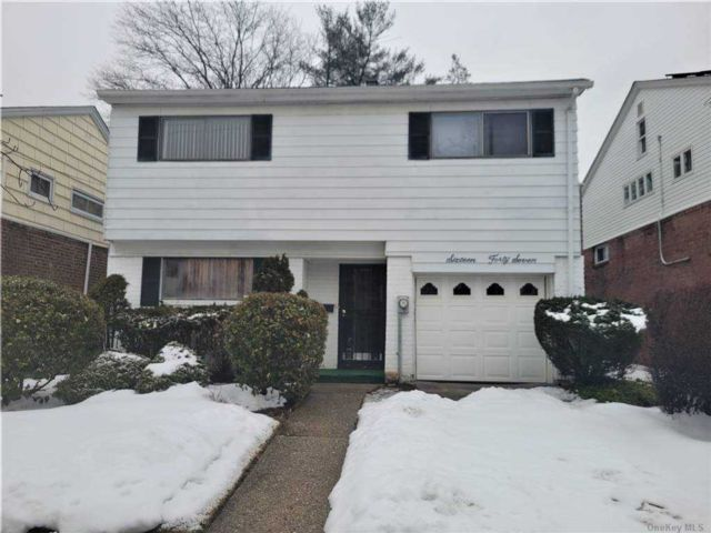 4 BR,  2.00 BTH  Split level style home in Bayside